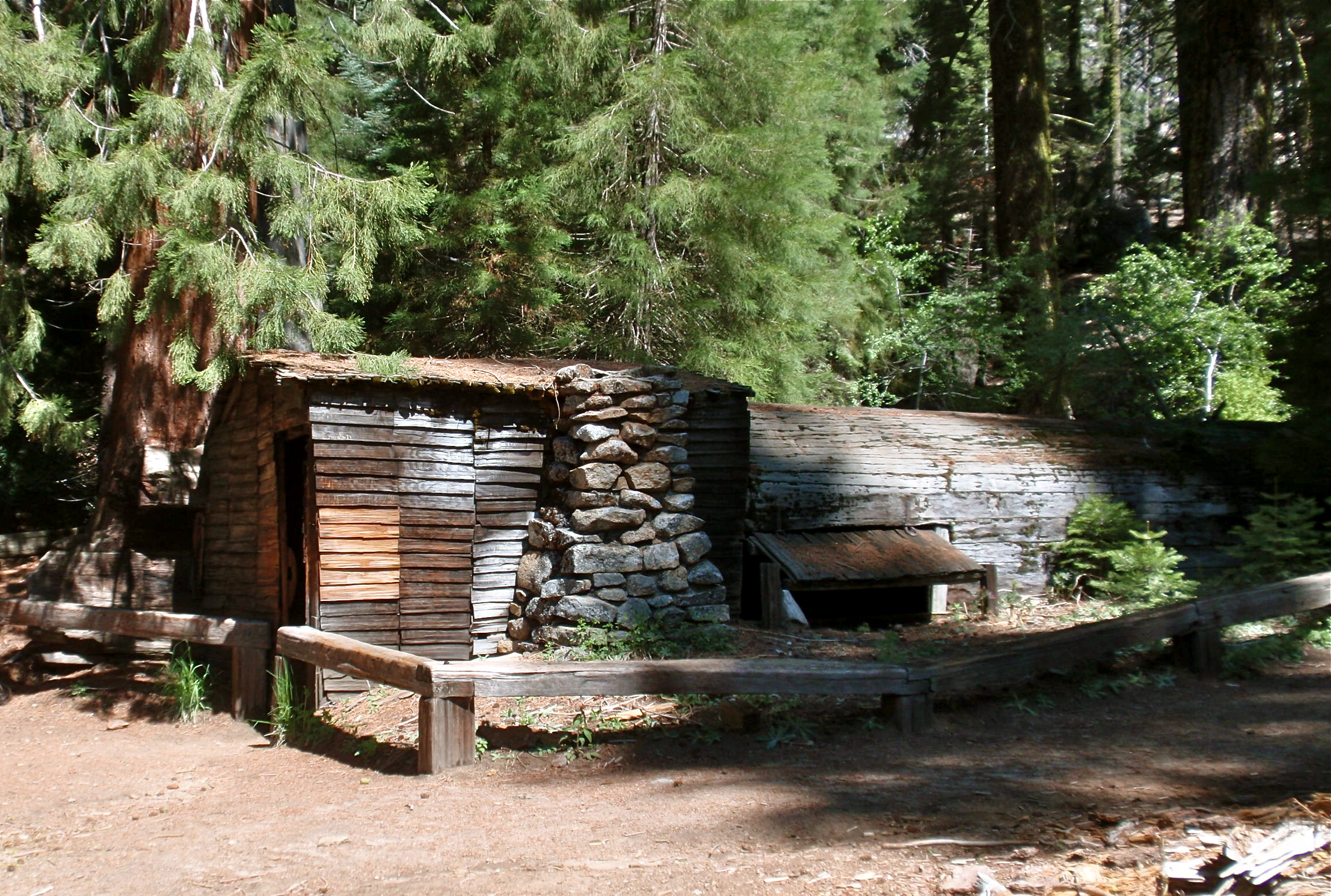 Travel sequoia national park ca the enchanted manor for Log cabin sequoia national park